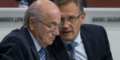Finalmente, Joseph Blatter no logró salvarse de ser afectado por el escándalo y el pasado 7 de octubre, el Comité de Ética de este organismo, suspendió al presidente por su posible participación en los actos de corrupción que empañan la imagen de la FIFA. La sanción es de un plazo de 90 días. Foto:Getty Images