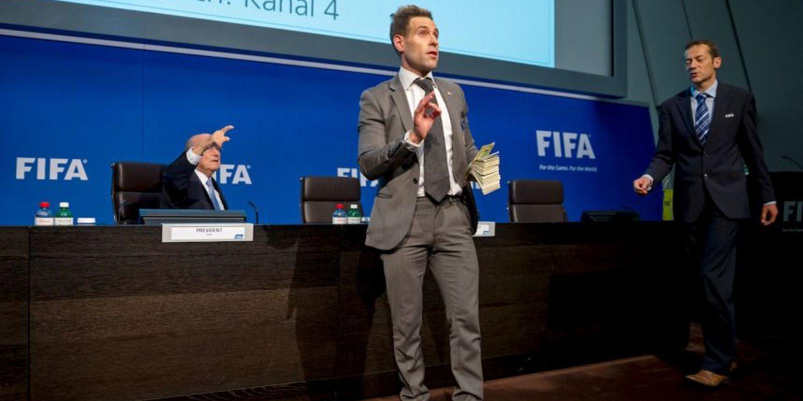 Tras el anuncio de la nueva fecha para las elecciones de la FIFA, un comediante inglés exhibió a Joseph Blatter en conferencia de prensa, el pasado mes de julio. Foto:Getty Images