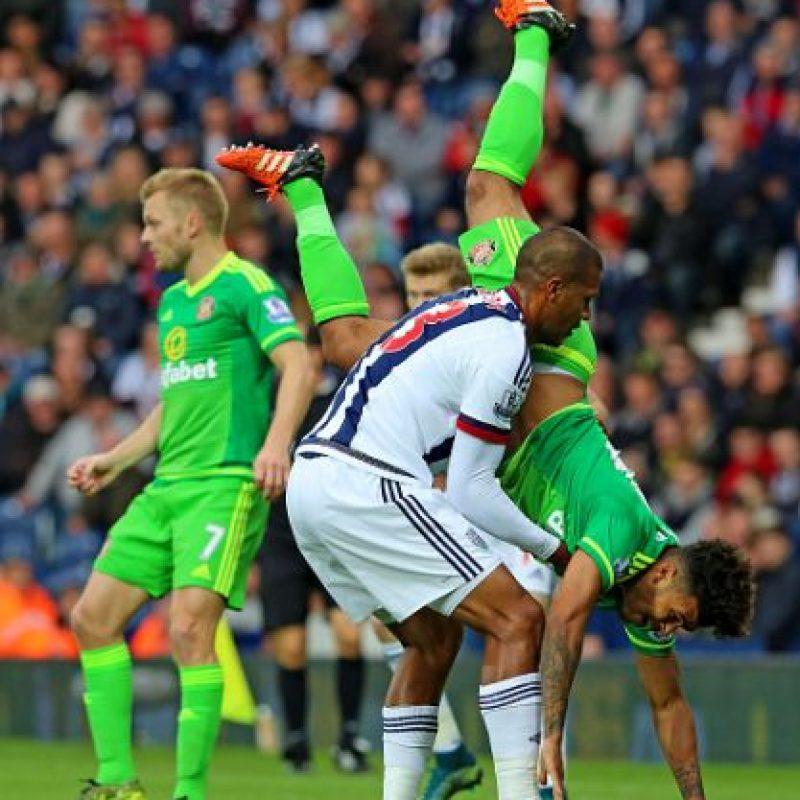 El delantero salvó a su rival de impactarse contra el césped. Foto:Getty Images