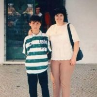 Junto a su madre Dolores Aveiro. Foto:vía Twitter.com