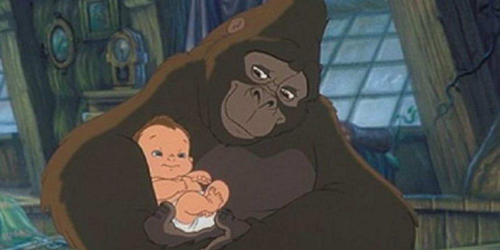 Y ahí es cuando lo adopta su madre simio, Kala. Foto:vía Disney