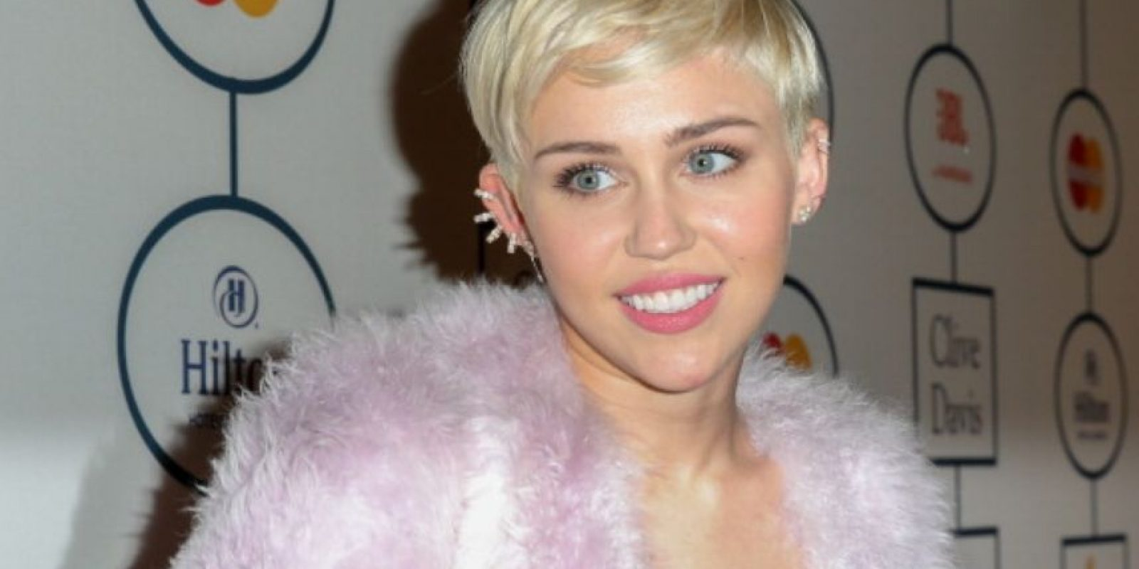 Miley Cyrus le dijo a la revista Rolling Stone que una vez fumó hierba con un peyote. Foto:vía Getty Images