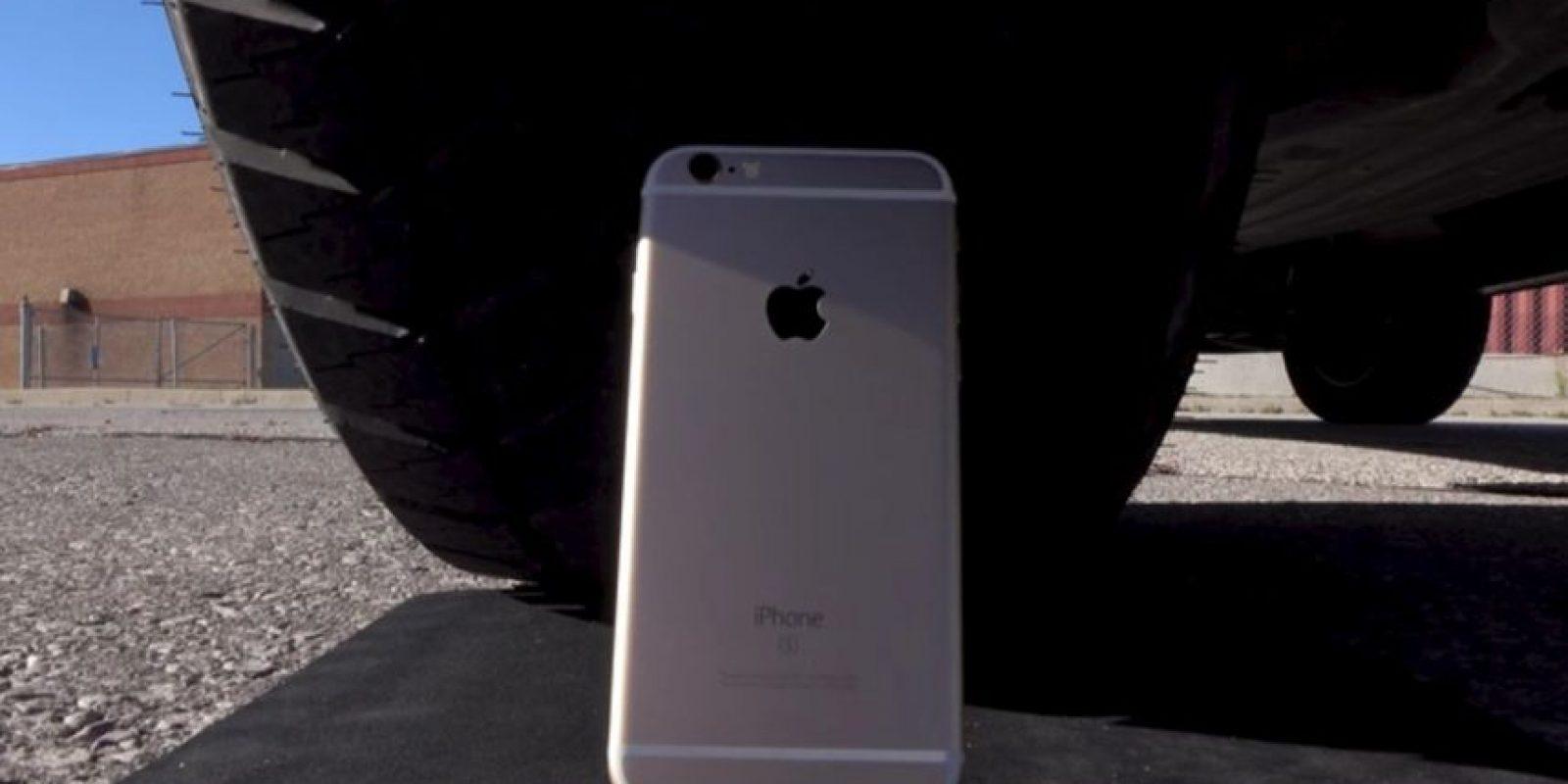 """El smartphone de Apple fue """"atropellado"""" por una camioneta. Foto:Unbox Therapy / YouTube"""