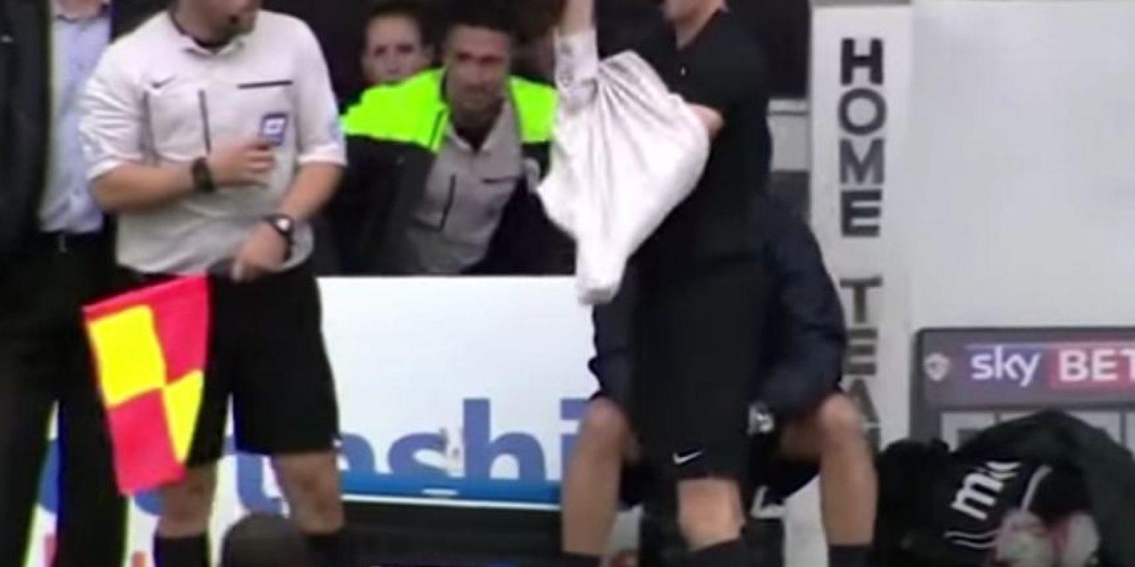 Un hincha tuvo que actuar como cuarto árbitro en el duelo de la Ligue Two entre Newport County y Portsmouth. Foto:YouTube