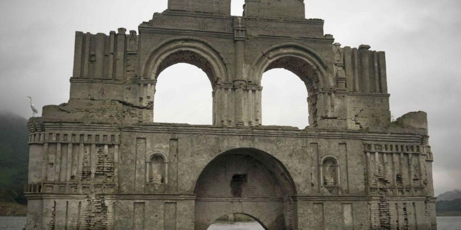 """Una iglesia de más de 400 años de antigüedad """"resurgió"""" de entre un lago debido a la sequía en Chiapas, México. Foto:AP"""