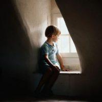 Realizar actividades que puedan perjudicarlos. Foto:Tumblr.com/Tagged-niños-solos-casa