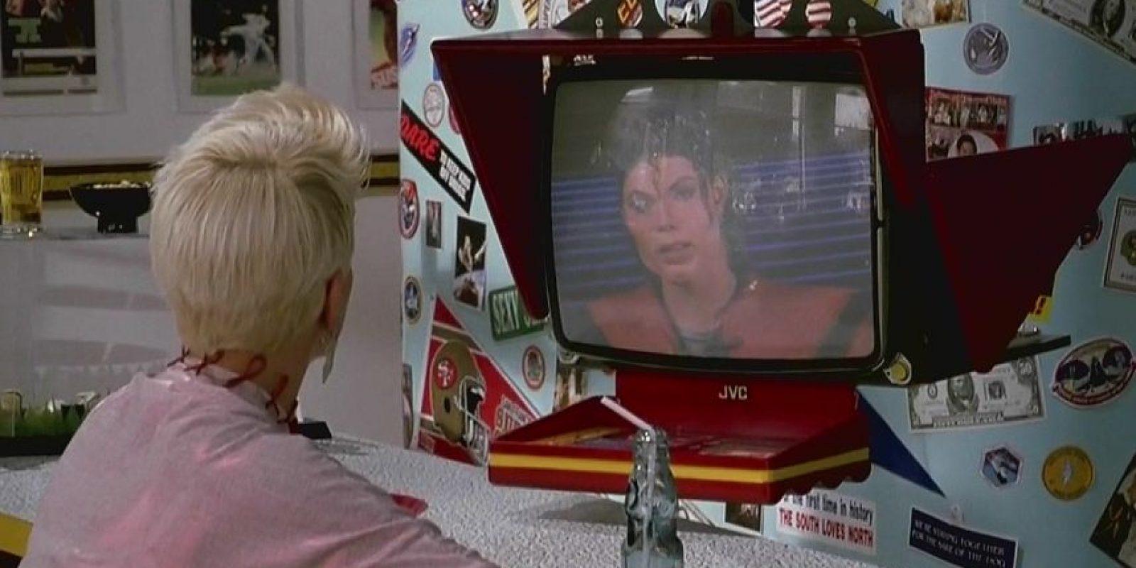 Michael Jackson sería una estrella que incluso atiende la fuente de sodas como un mesero virtual. Foto:vía YouTube