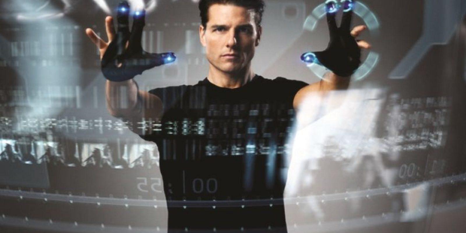PANTALLA TÁCTIL CONTROLADA: pesar de que hoy ya tenemos teléfonos y computadores con pantalla táctil, aun estamos muy lejos de lo que se ve en película Minority Report. Lo más cerca que hemos llegado es el auricular HoloLens que promete a los usuarios la capacidad de controlar imágenes holográficas en 3D. Foto:GUANTEA