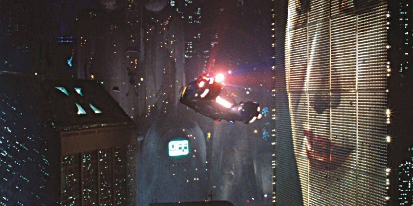 """COCHES VOLADORES: El coche volador pone fin a los tediosos atascos de tráfico. En películas como Blade Runner"""", El quinto elemento, y en la serie """"Star Wars"""", son parte envidiable de la vida cotidiana. Mientras que los ingenie-ros y los científicos todavía están aprendiendo cómo hacer un 'AeroMobile', por ahora nos quedamos en el carril lento."""