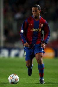 """La hinchada """"merengue"""" reconoció con aplausos la mejor etapa de Ronaldinho, sin importar que era el líder del acérrimo rival Foto:Getty Images"""