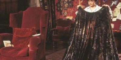 CAPA DE INVISIBILIDAD: Todos hemos querido ser invisible en algún momento de nuestras vidas, ya sea para escapar de una situación embarazosa o esquivar un ex. La capa del joven mago de Harry Potter y la piedra filosofal tiene que ser uno de los mejores momentos de fantasía en la historia de la pantalla grande.