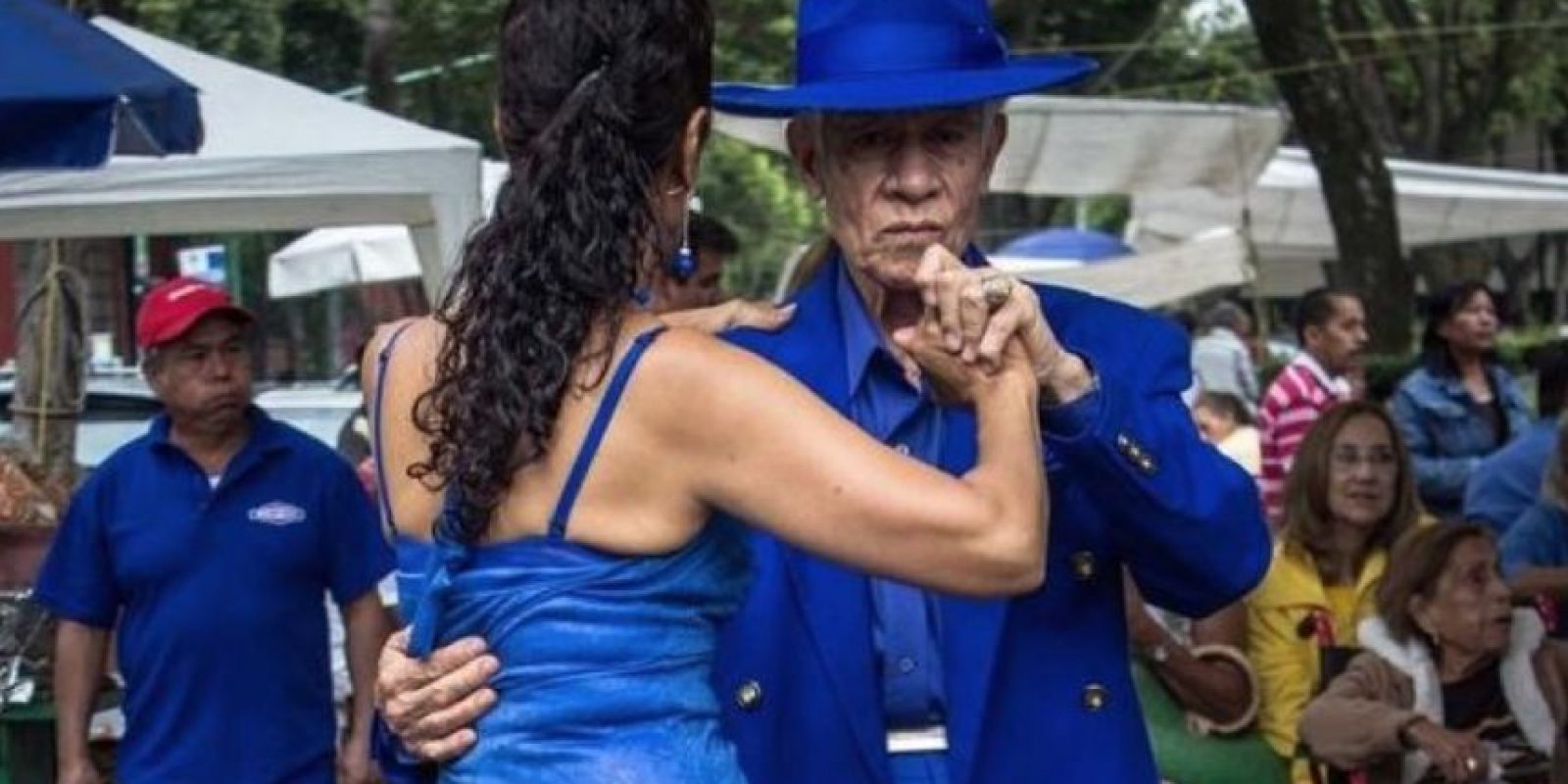 Todos los domingos sin excepción, cerca del metro Balderas, cientos de personas se reúnen para recordar viejos tiempos y mostrar su mejores pasos de danzón. Foto:Vía twitter.com/CapitalMexico