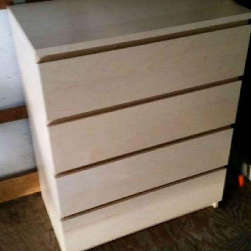 Tiene un mueble para guardar su ropa. Foto:vía frominsidethebox.com