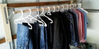 Su pequeño armario. Foto:vía frominsidethebox.com