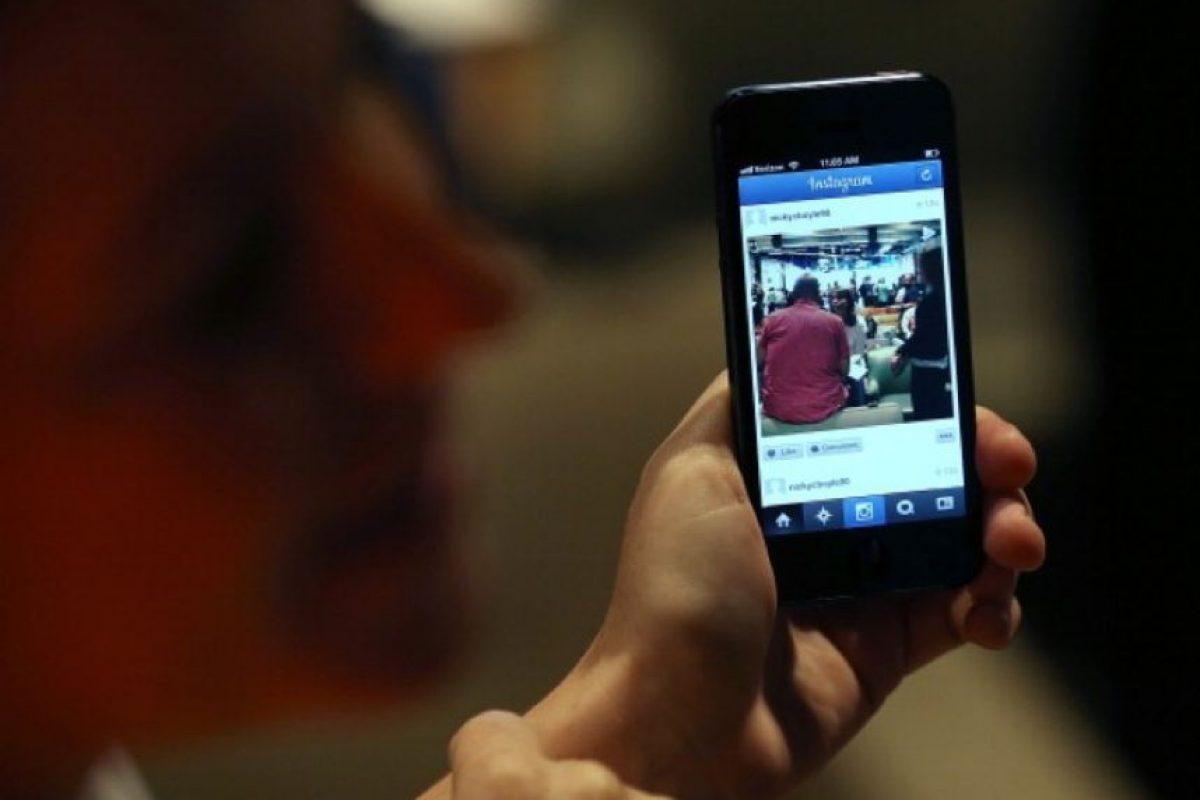 """Si estamos orgullosos de algo, le tomamos una foto, la editamos y la compartimos al mundo en las redes sociales. En parte es """"culpable"""" de la moda de los selfies frente al espejo, las fotografías de comida y muchas cosas más. Foto:Getty Images"""