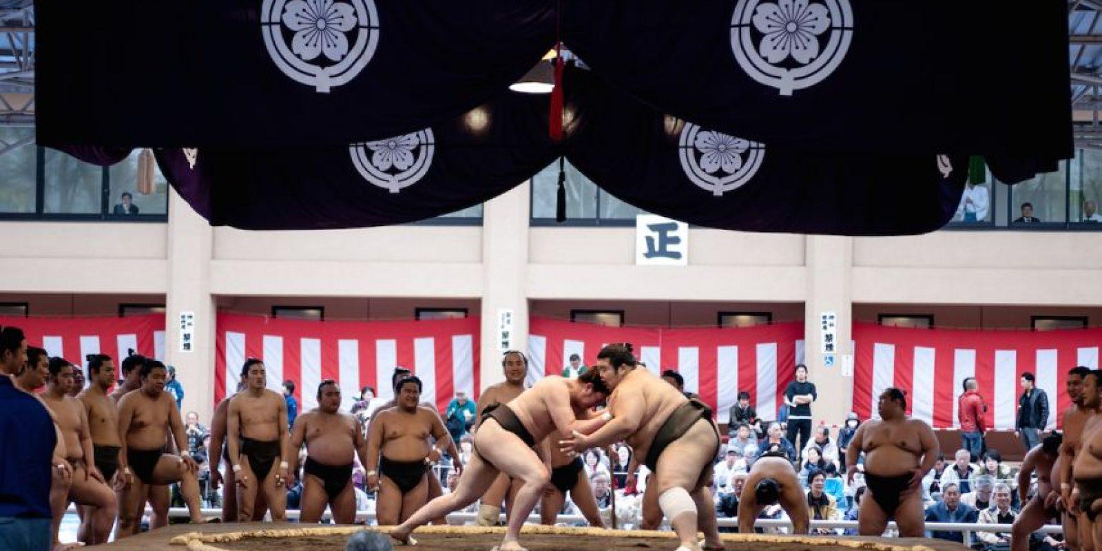 El ganador es el luchador que logra sacar a su rival del círculo o lo derriba dentro del ring. Foto:Getty Images