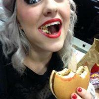Labial en la hamburguesa, nada más desagradable que esto. Foto:Vía Instagram
