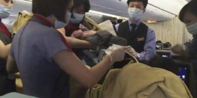 2. Uno de los pasajeros grabó el alumbramiento. Foto:AP