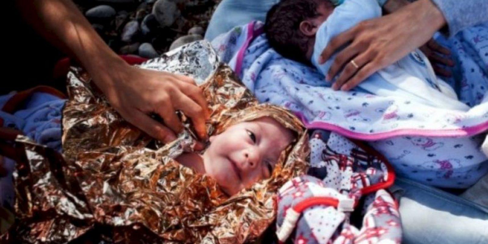 Bebés son cubiertos con papel metálico en su viaje a Europa Foto:AFP