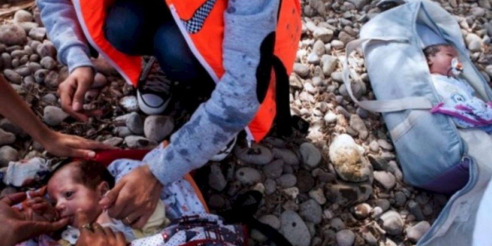 Sus padres solo tenían papel metálico y pocas cobijas para mantenerlos calientes en el viaje de Siria a Europa. Foto:AFP