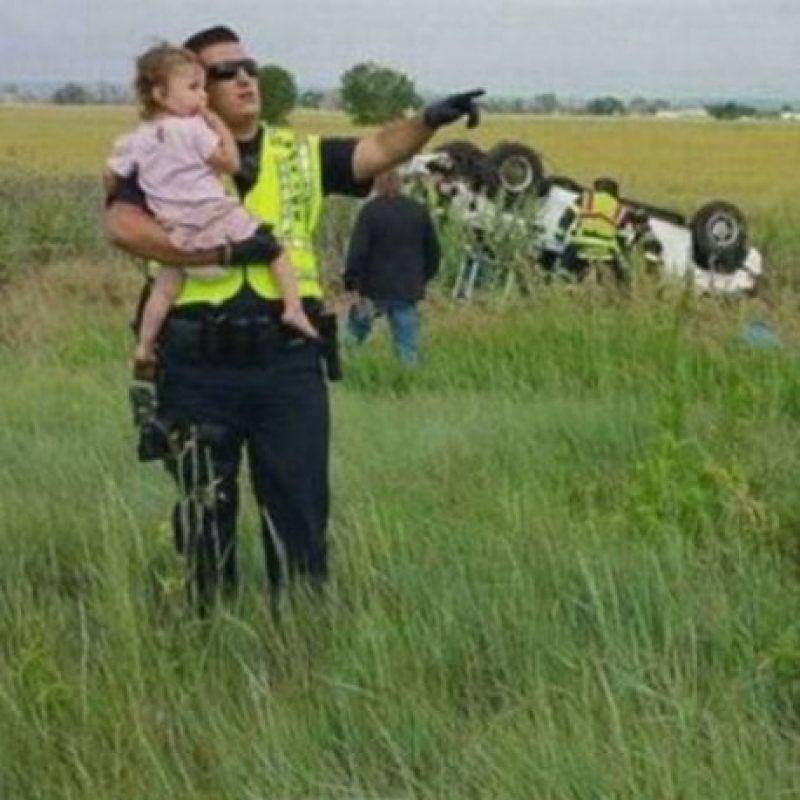 El oficial de la policía de Bringhton en Colorado, Estados Unidos, Nick Struck, distrajo a una pequeña para que no observara el momento en que el cuerpo de su padre era removido del automóvil en que viajaban y que se accidentó debido a que una de las llantas traseras del vehículo explotó. Foto:Foto: Jessica Matrious/Facebook