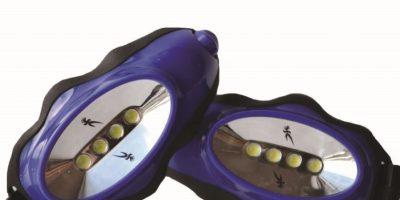 """Knuckle LightsCorrer por la noche o de madrugada puede ser todo un desafío, así que agárrate de este artilugio tipo antorcha y convierte ese trote a oscuras en """"ejercicio iluminado"""". Knuckle Lights se amarra sobre los dedos del corredor, haciéndolo más fácil de tomar mientras estás en movimiento. Con 45 lúmenes, cada haz es tan poderoso como la mayoría de las luces de cabeza de precio promedio, iluminando el camino por delante del corredor.En Shop.knucklelights.com, US$39.99."""