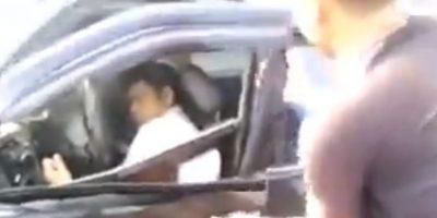 Graban impactante momento en el salvan a hombre dentro de auto incendiándose