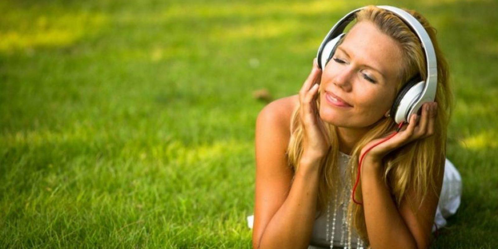 Estudios han demostrado que la música reduce los niveles de ansiedad y estrés, incluso más efectivamente que sedantes como el midazolam. Foto:Pixabay