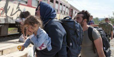 El niño estuvo flotando durante varias horas en el agua junto con varias mujeres. Foto:AFP