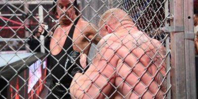 Celebraron una brutal pelea dentro de la jaula Foto:WWE