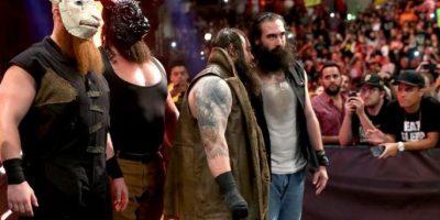 """Pero la Familia Wyatt llegó para castigar más al """"Enterrador"""" Foto:WWE"""