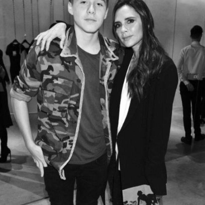 Brooklyn Beckham ya es toda una celebridad como sus padres: la exSpice Girl y diseñadora de modas, Victoria Beckham y el exfutbolista David Beckham. Foto:vía instagram.com/brooklynbeckham