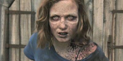 Las esperanzas de encontrarla con vida se vieron destruidas cuando, en el granero donde Hershel mantenía un grupo de zombies con la esperanza de curarlos, apareció en pie la hija de Carol Foto:AMC