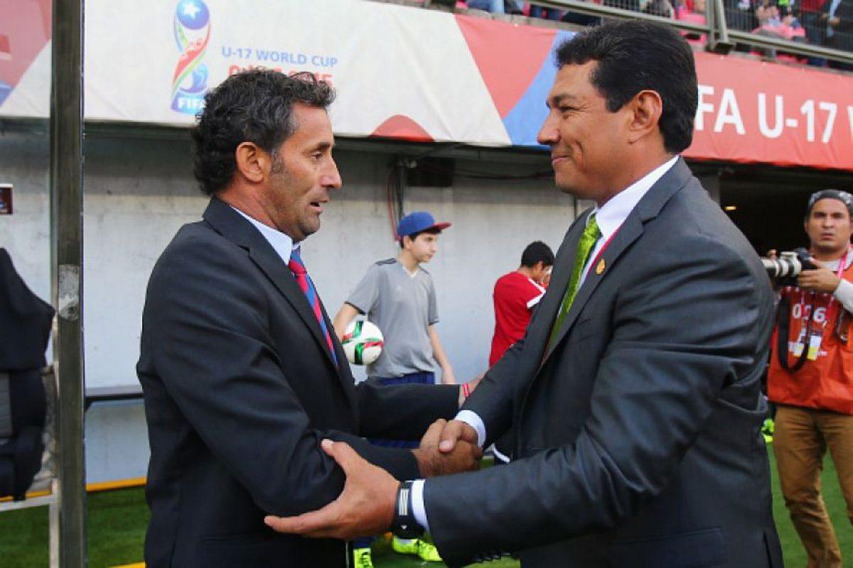 Así fue el saludo entre los directores técnicos antes del comienzo del partido. Miguel Ponce (Chile) y Mario Arteaga (México). Foto:Getty Images
