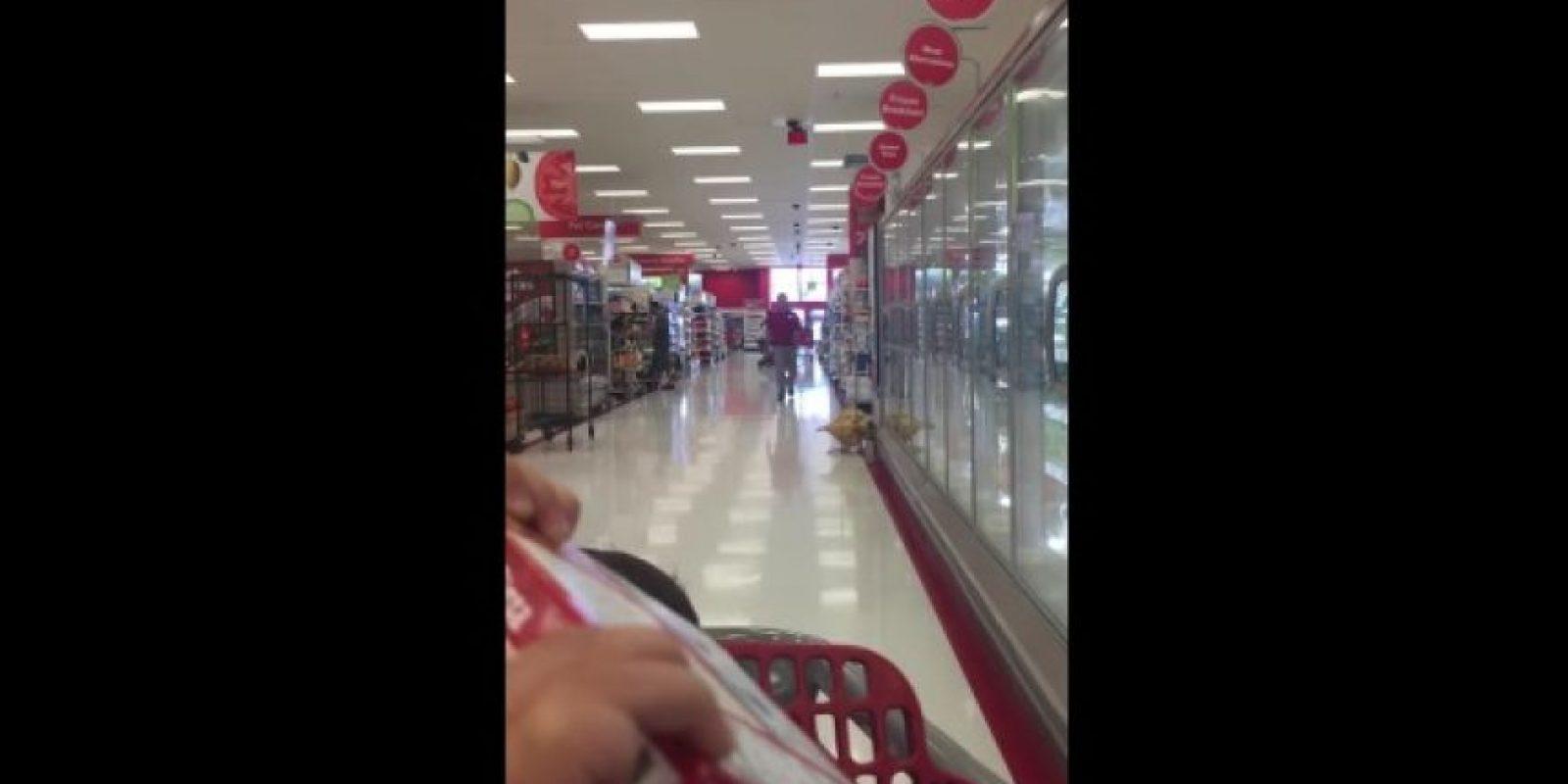 Sucedió en Campbell, California, en Estados Unidos, donde en los altavoces de la tienda se escuchó una película pornográfica Foto:YouTube – Gina Young