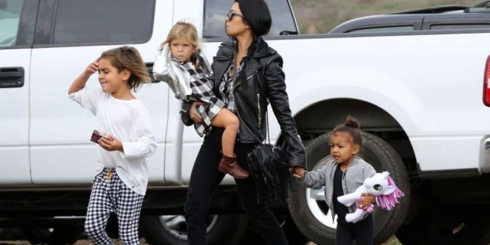Por fortuna no le pasó nada y la hija de Kanye West se levantó y siguió caminando. Foto:Grosby Group