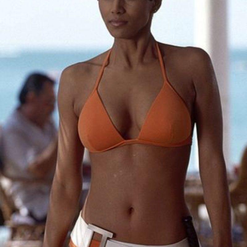 """La ganadora del Óscar Halle Berry protagonizó junto a Pierce Brosnan """"Die another day"""", la última película del actor irlandés como Bond Foto:Vía imdb.com"""