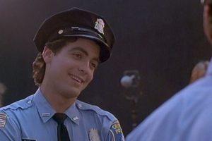 """El actor iniciaba su carrera e interpretó a un oficial llamado """"Oliver"""". Foto:vía YouTube"""