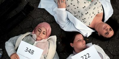 Médicos protestan por los bombardeos a hospitales Foto:Getty Images
