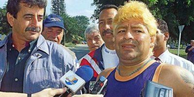 En el 2000 fue internado de emergencia en un hospital de Uruguay por una sobredosis de cocaína. Además, sorprendió con este look exótico. Ya comenzaba a verse con exceso de peso. Foto:Vía twitter.com/maradonapics