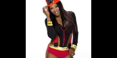 Alicia Fox como bombero. Foto:WWE
