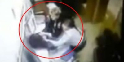 Hombre huye de comisaría y pierde los pantalones Foto:YouTube