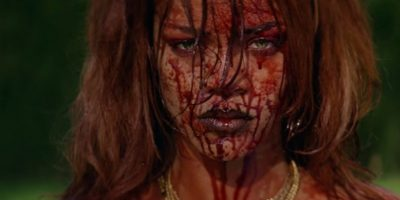 Video: Rihanna mostró su lado violento con atrevido vestido de látex