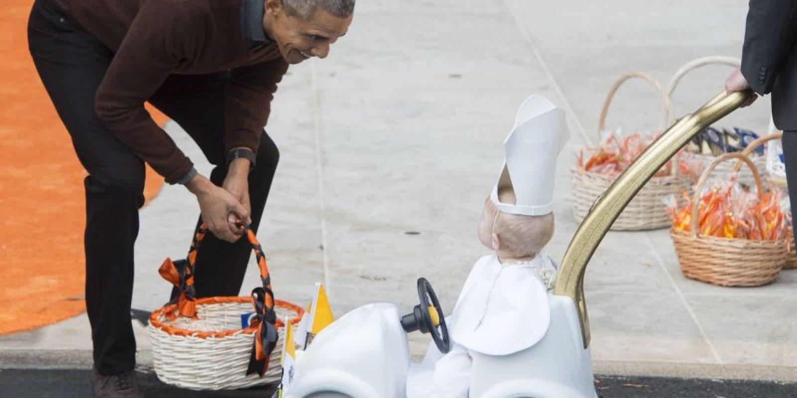 El mandatario lucía sonriente con el look del menor Foto:AFP