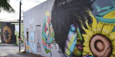 Una esquina donde converge el arte con las calles rotas de nuestros barrios. Foto:Mario de Peña