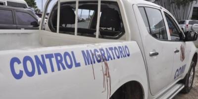 Haitianos ataca a tiros y piedras unidad de Migración