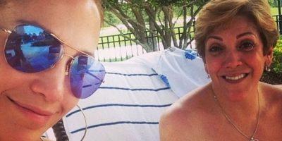 """Con anterioridad, la celebridad ya había compartido una foto """"al natural"""" junto a su madre Foto:Instagram/jlo"""