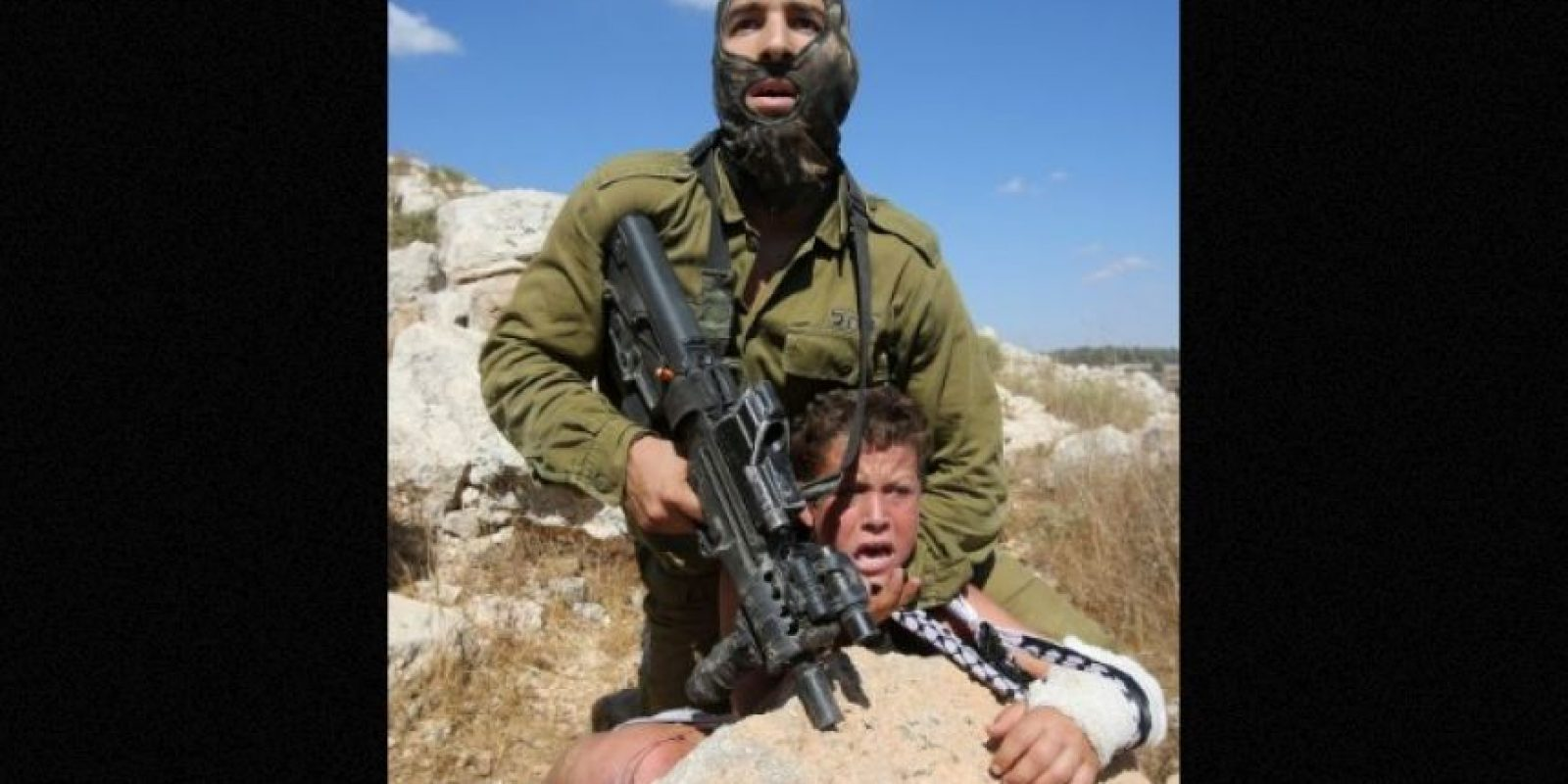 Muestran a un soldado ejerciendo presión sobre un menor de edad, quien presuntamente le arrojó piedras Foto:AFP