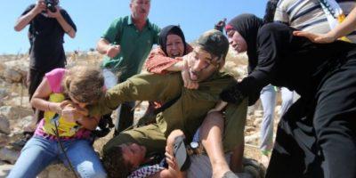 Y la reacción que las mujeres de la familia del menor tuvieron con el soldado Foto:AFP