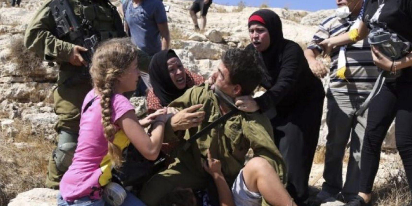Las mujeres forcejearon con el integrante de las Fuerzas de Defensa de Israel durante unos segundos, hasta que intervino un comandante del soldado, quien decidió cancelar la detención. Foto:AFP